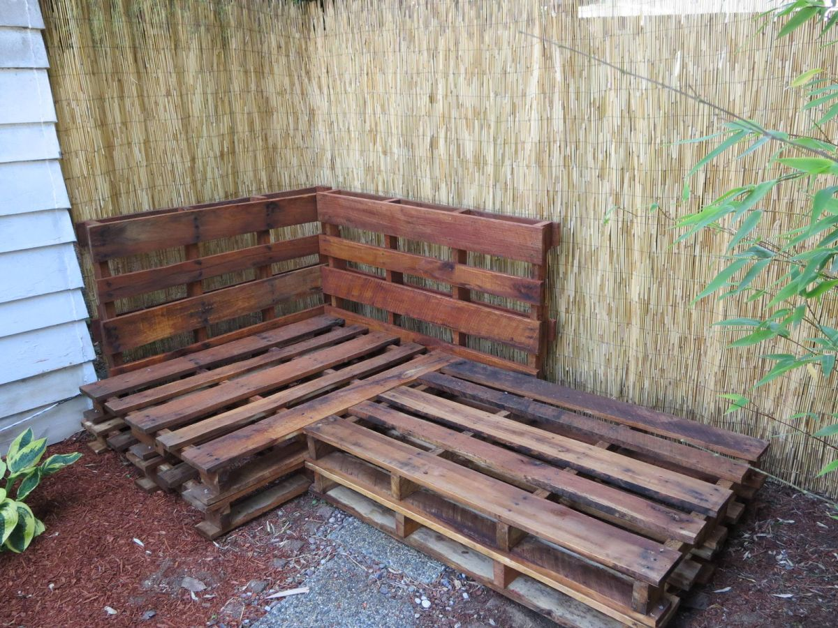 Crafty adventures outdoor pallet sofa sectional for Sofa exterior palets