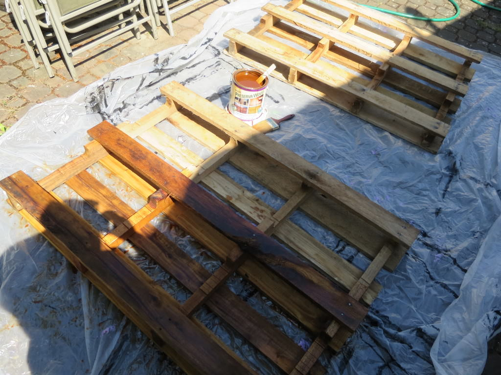 How-to-make-an-outdoor-pallet-sofa-sectional-(4)