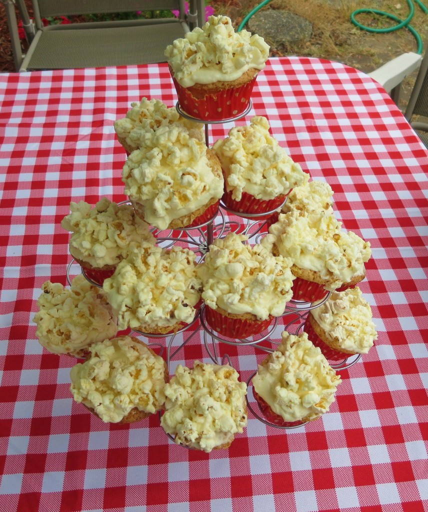 Buttered popcorn cupcakes (8)