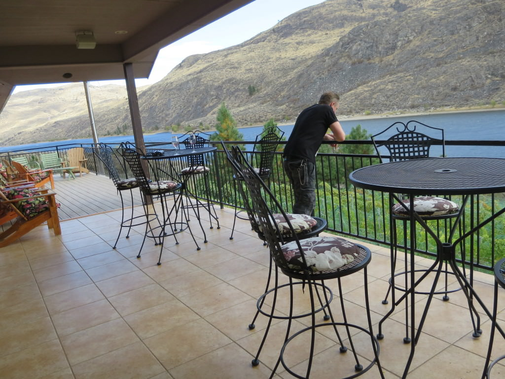 Tasting deck Rio Vista Winery Chelan